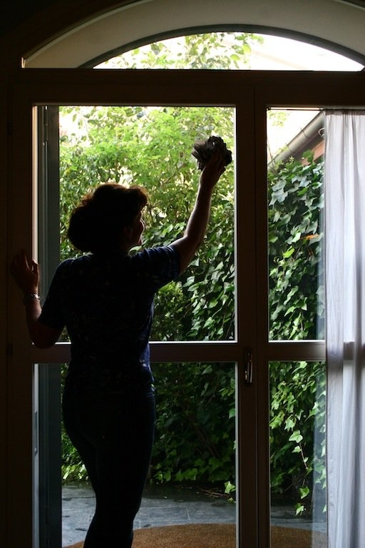 Come pulire porte e finestre soluzioni di casa - Pulire vetri finestre ...
