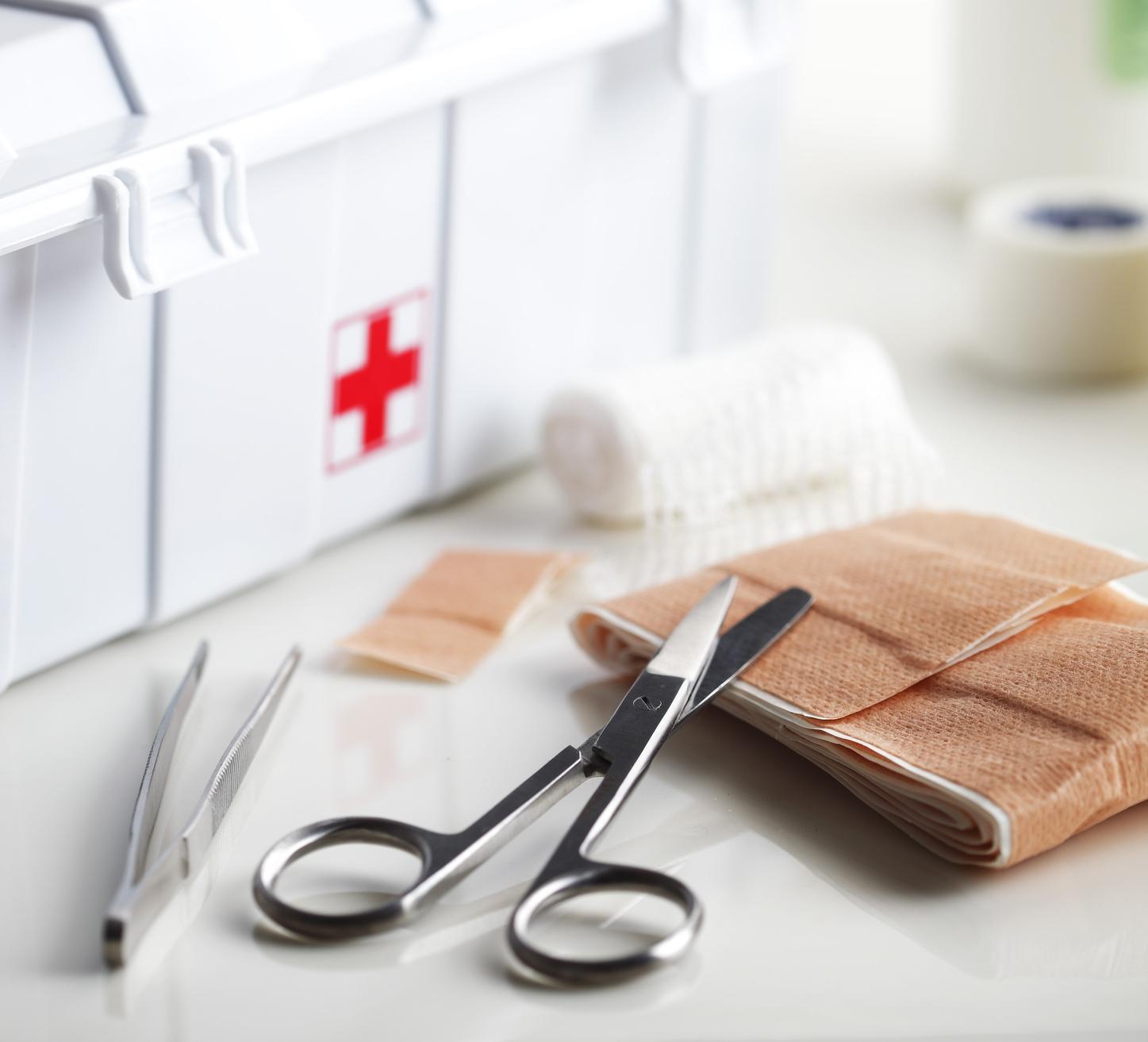 piccoli incidenti in casa: cosa tenere nella cassetta del pronto