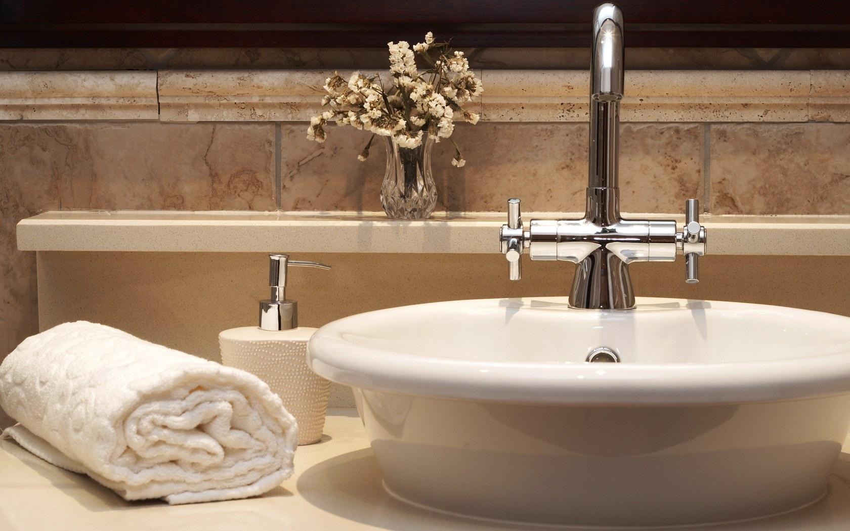 Come fare le pulizie di fondo in bagno soluzioni di casa - Pulire piastrelle bagno ...